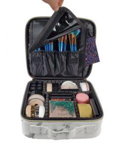 Rangez votre maquillage comme une pro avec cette grande trousse maquillage. Un modèle en forme de vanity, très pratique avec de nombreux compartiments pour tout organiser et ranger.